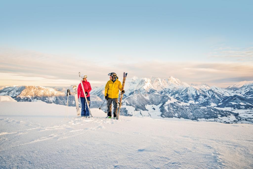 Kitzbueheler Alpen_2 Freerider Skifahrer vor Bergkulisse_Leitsujet2(c)MirjaGeh_Eye5_2015