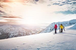 Kitzbueheler Alpen_Winter-2 Skifahrer auf Bergplateau_Leitsujet(c)MirjaGeh_Eye5_2015